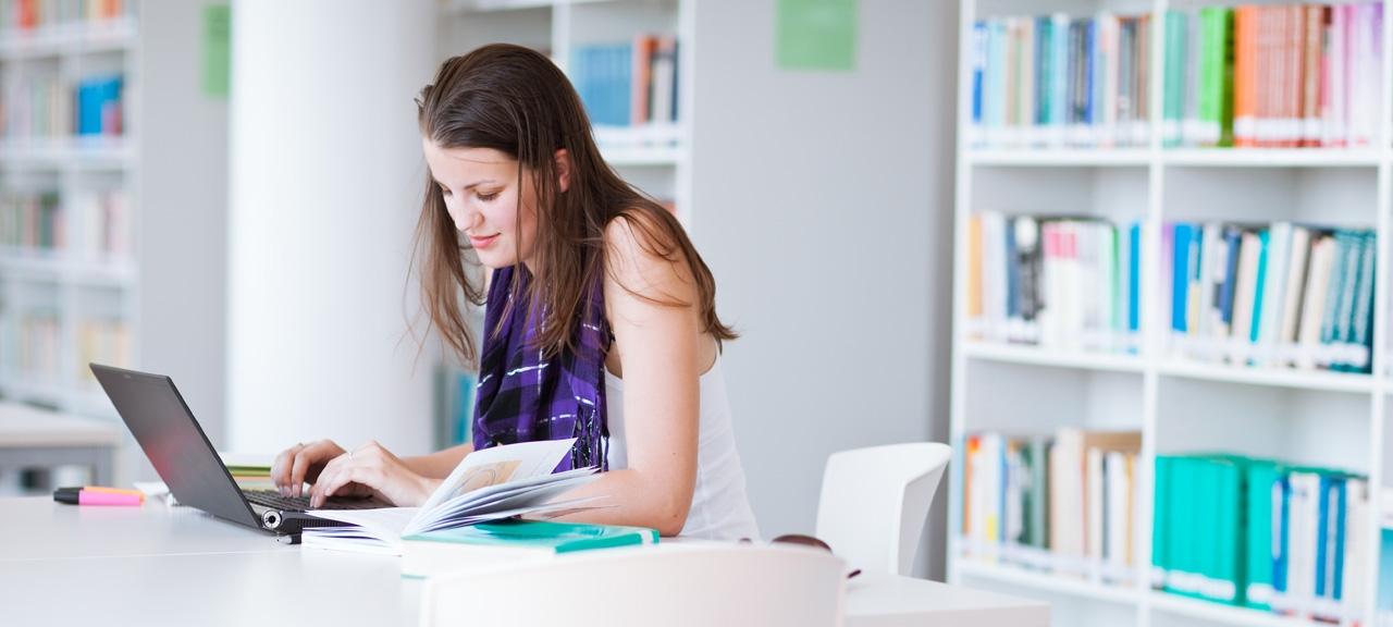 moça pesquisando e relendo