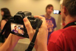 Gravar vídeos pode parecer assustador, mas é uma ferramenta poderosa de vendas.