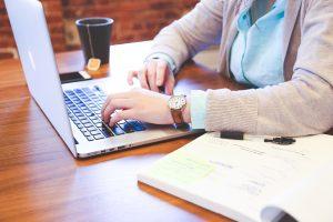 Blogs que oferecem conteúdos relevantes geralmente apresentam infoprodutos compatíveis com sua necessidade.