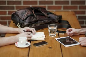 Crie conteúdo em parceria, essa é uma forma muito eficaz de aumentar sua audiência.