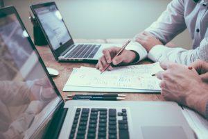 Você pode ganhar dinheiro na internet fazendo parecerias com especialista em assuntos diversos ao assessora-lo na criação de um infoproduto.