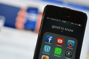 Um aplicativo do Youtube pode ser baixado, grátis, na loja de aplicativos do seu celular.