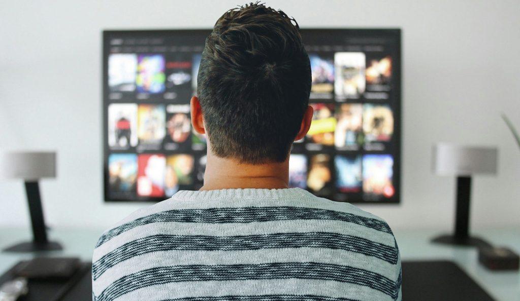 Para treinar e perder a vergonha de gravar vídeos, grave os primeiros falando sobre algo que você sabe. Fale sobre filmes, culinária, fotografia, seu dia a dia, mesmo que esses não sejam os temas do seu canal.