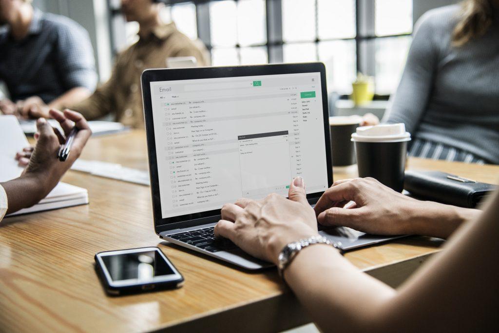 Eu uso email marketing e vejo diversas vantagens nessa ferramenta.