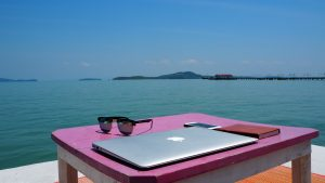 Poder trabalhar com marketing digital te dá a possibilidade de realizar suas atividades de qualquer lugar do mundo, desde que tenha seu computador e internet.