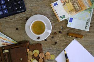 Pense em formas de conseguir renda extra para investir no seu negócio.