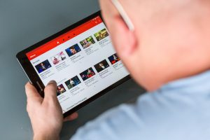 A capinha do seu vídeo é uma poderosa ferramenta para atrair atenção da audiência.